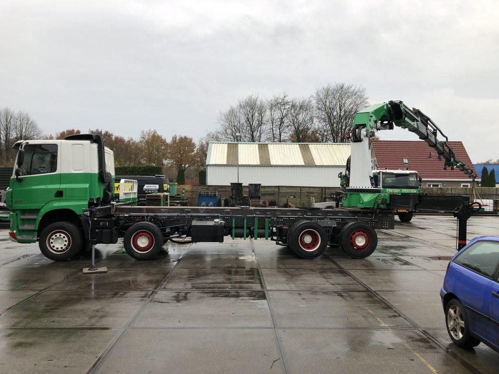 HMF-ODIN K4 kraan met JIB F2000 gemonteerd aan een vrachtwagen
